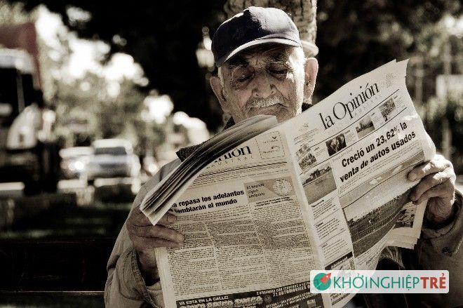 2012-newspaper-reader-Santa-Cr-7649-4333-1517992183